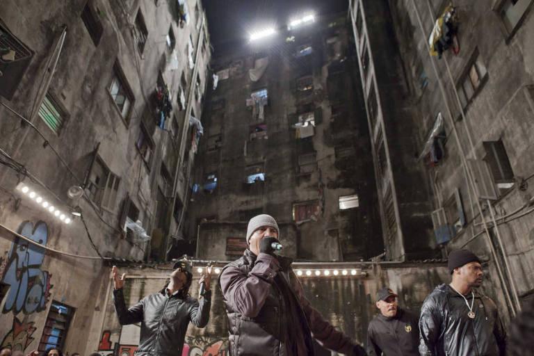 Racionais MCs em gravação do videoclipe em prédio ocupado por sem-teto no centro de São Paulo