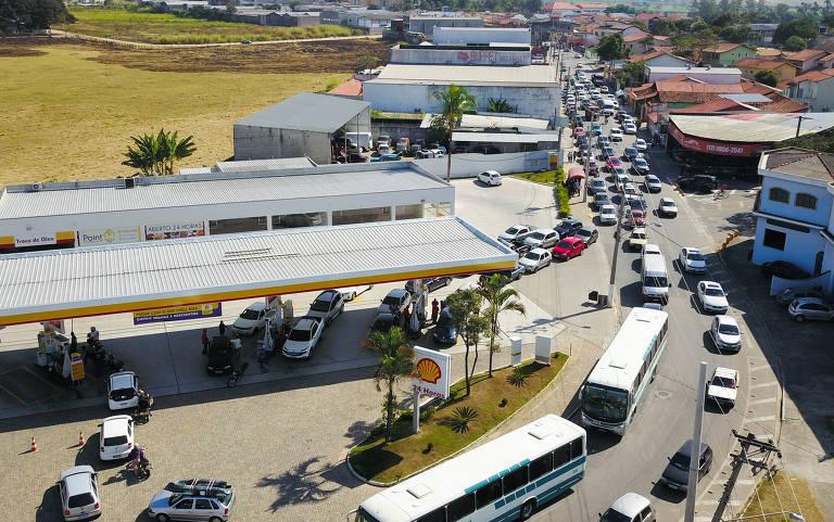 Fila para abastecer em posto de gasolina em São José dos Campos (SP)