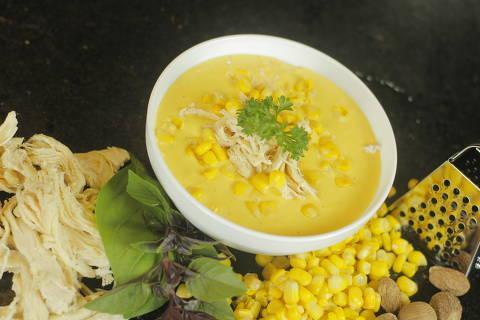 Caldo de quenga, feito com milho e frango, do festival de sopas da Ceagesp