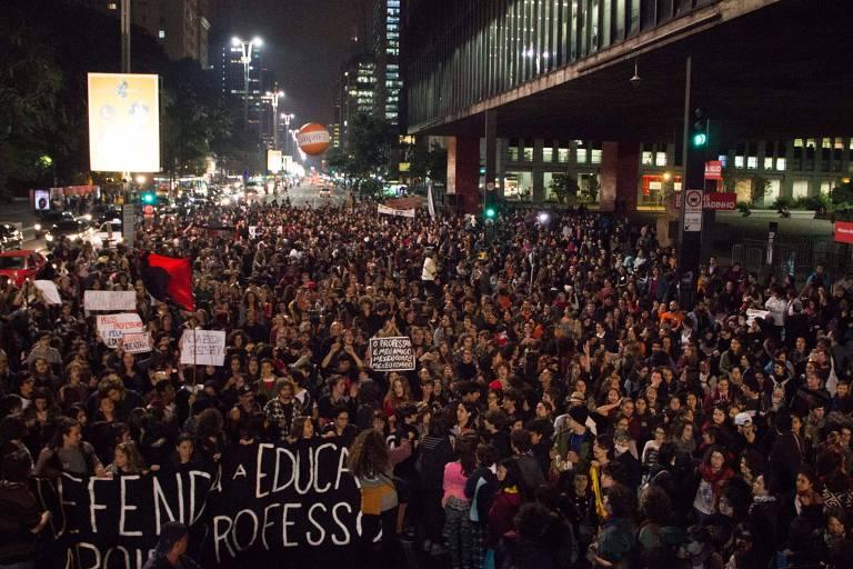 Professores e alunos de escolas particulares fazem ato no vão livre do Masp, na avenida Paulista