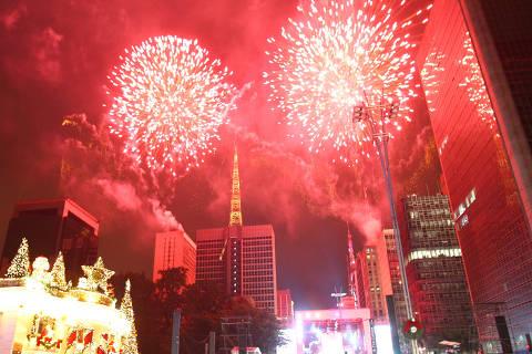 SÃO PAULO, SP, BRASIL, 01-01-2015: Queima de fogos na festa da virada na avenida Paulista, em São Paulo (SP). Segundo a Polícia Militar, o evento foi tranquilo e houve apenas tr~es ocorrências registradas. (Foto: Vinicius Pereira/Folhapress)