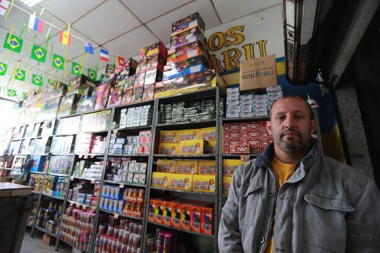 Homero Antunes, dono de loja de fogos de artifícios, diz que vendas vão cair e que terá que dispensar funcionários