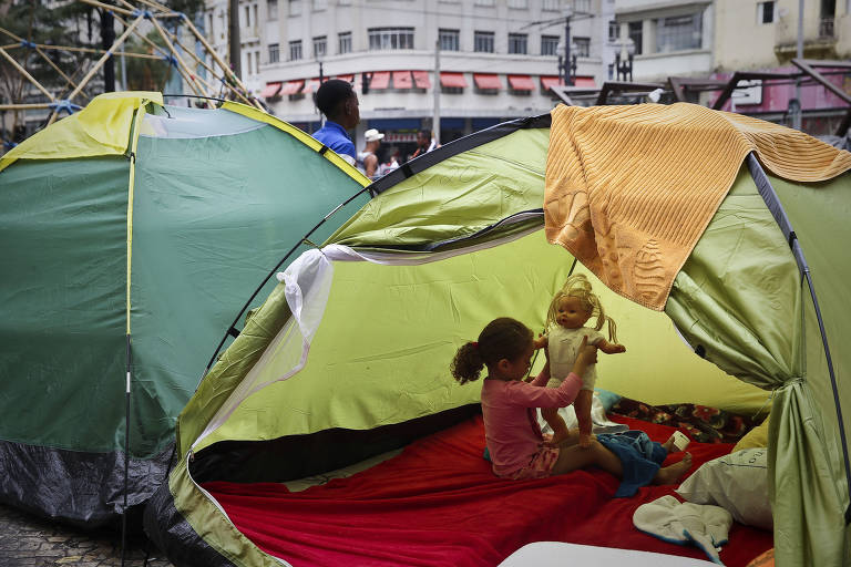 Criança brinca em barraca montada no largo do Paissandu, no centro de São Paulo