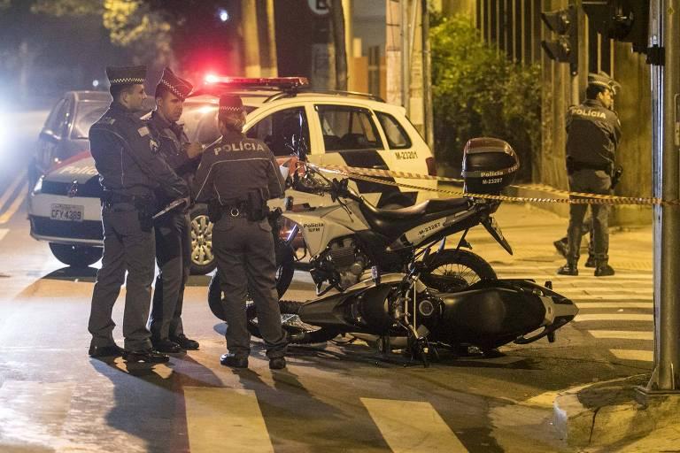 PMs ao lado de moto usada por ladrões em arrastão na Vila Olímpia