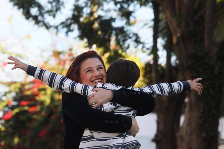 A comissária de bordo Adriana Mariani, 47, que recebeu guarda provisória de menino há seis anos, mas ainda não conseguiu documentos da Justiça para registrá-lo
