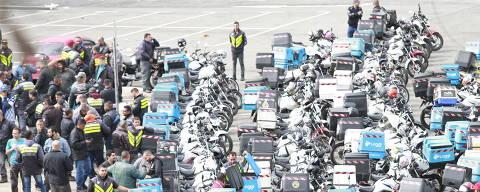 São Paulo, SP, Brasil. 01/08/2017. --- Motoboys reunidos na praca Charles Miller , eles pretendem seguir até a prefeitura da cidade ---. ( foto: Robson Ventura/Folhapress, EDITORIA). **EXCLUSIVO AGORA SÃO PAULO** UOL, folha.com e Folhapress consultar fotografia do Agora São Paulo.  f.: 3224-2169 ou 3224-3342