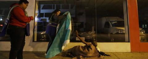 SAO PAULO, SP, 22.05.2018: COTIDIANO-FRIO MORADORES DE RUA - Equipe da secretaria de Assistencia Social da Prefeitura realiza abordagens a pessoas em situacao de rua para convence-los a irem para abrigos durante a noite desta terca feira na regiao central de Sao Paulo. (Nelson Antoine/Folhapress, COTIDIANO) ***EXCLUSIVO FOLHA***