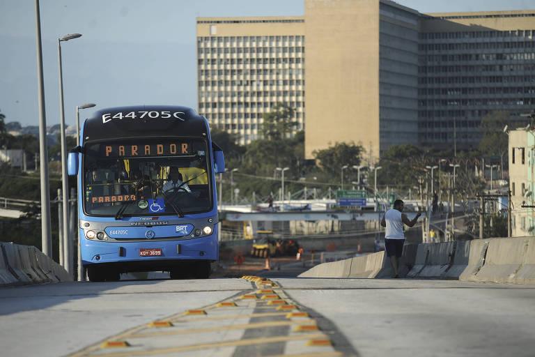 Corredor de ônibus da BRT na cidade do Rio de Janeiro