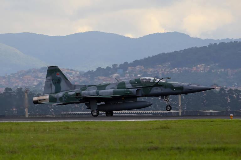 Caça F-5 da Força Aérea Brasileira, do mesmo modelo da aeronave acidentada nesta quinta-feira (24), pousa na pista do aeroporto de Cumbica, em Guarulhos