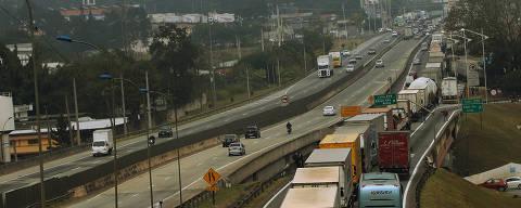 Embu  das Artes SP Brasil 23 05 2018   Caminhoneiros fazem manifestações na Rodovia Br 116  protestando conttra preços de combustiveis caminhões fora obrigados a parar com um pique proximo a o municipio de Embu das Artes  foto Jorge Araujo 703 FolhaPress ORG XMIT: GPS: S 23 38.19   W 46 50.5   78