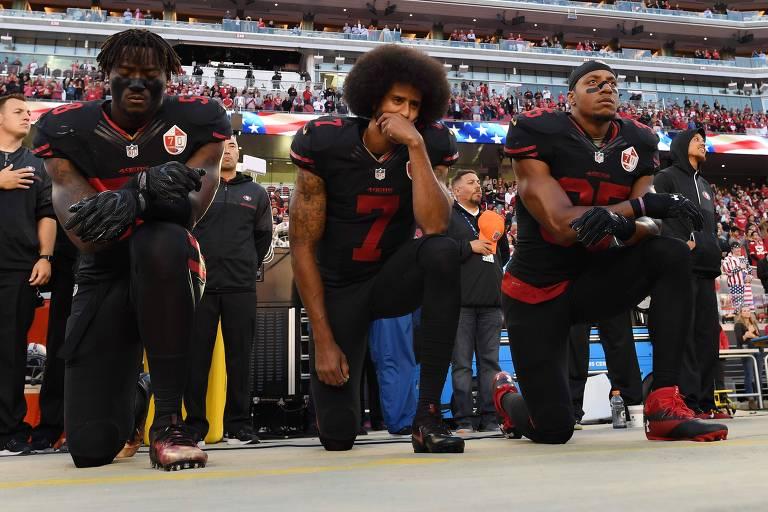 Colin Kaepernick (nº 7), então no San Francisco 49ers, ajoelhando-se durante o hino americano, em protesto pela brutalidade policial contra os negros nos Estados Unidos