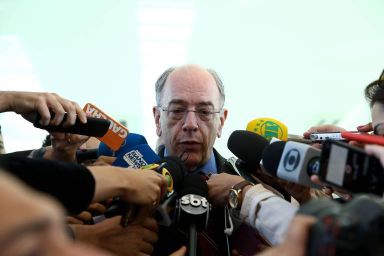 O presidente da Petrobras Pedro Parente fala com a imprensa, cercado por microfones de diversos veículos