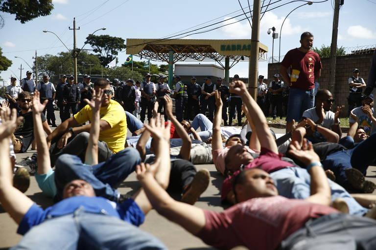 Caminhoneiros bloqueiam rodovias em semana de protesto