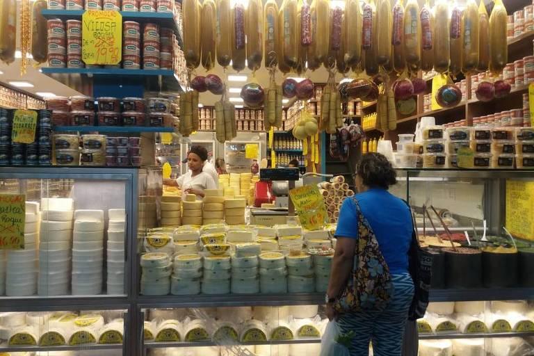 Lojas de queijos no Mercado Central estão liquidando o estoque