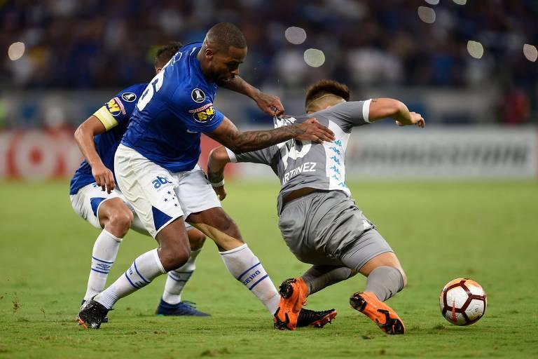O zagueiro Dedé, do Cruzeiro, tenta tirar a bola de Lautaro Martinez, do Racing, na partida da última terça-feira (22), pela Copa Libertadores