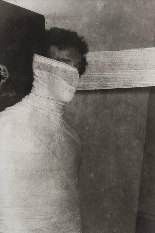 homem com bandagens