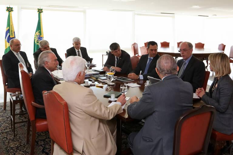 O presidente Michel Temer durante reunião com ministros e o presidente da Petrobras, Pedro Parente (segundo da dir. para a esq.), em Brasília