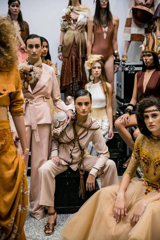 Redesenhar o conceito de luxo a partir  do uso de matérias-primas incomuns  é mantra da costura mundial
