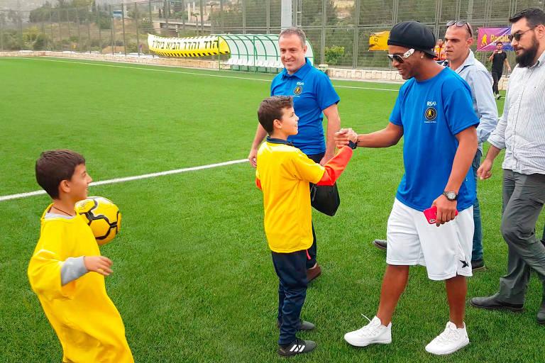 Ronaldinho inaugura escolinha de futebol em Jerusalém, Israel