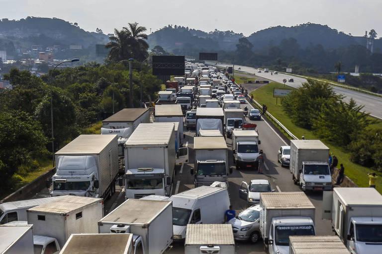 Caminhoneiros bloqueiam rodovia dos Imigrantes, no estado de São Paulo