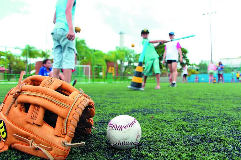 Crianças jogam beisebol