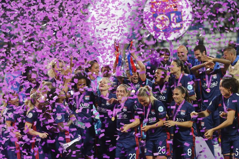 Jogadoras do Lyon comemoram o título da Liga dos Campeões conquistado sobre o Wolfsburg, da Alemanha