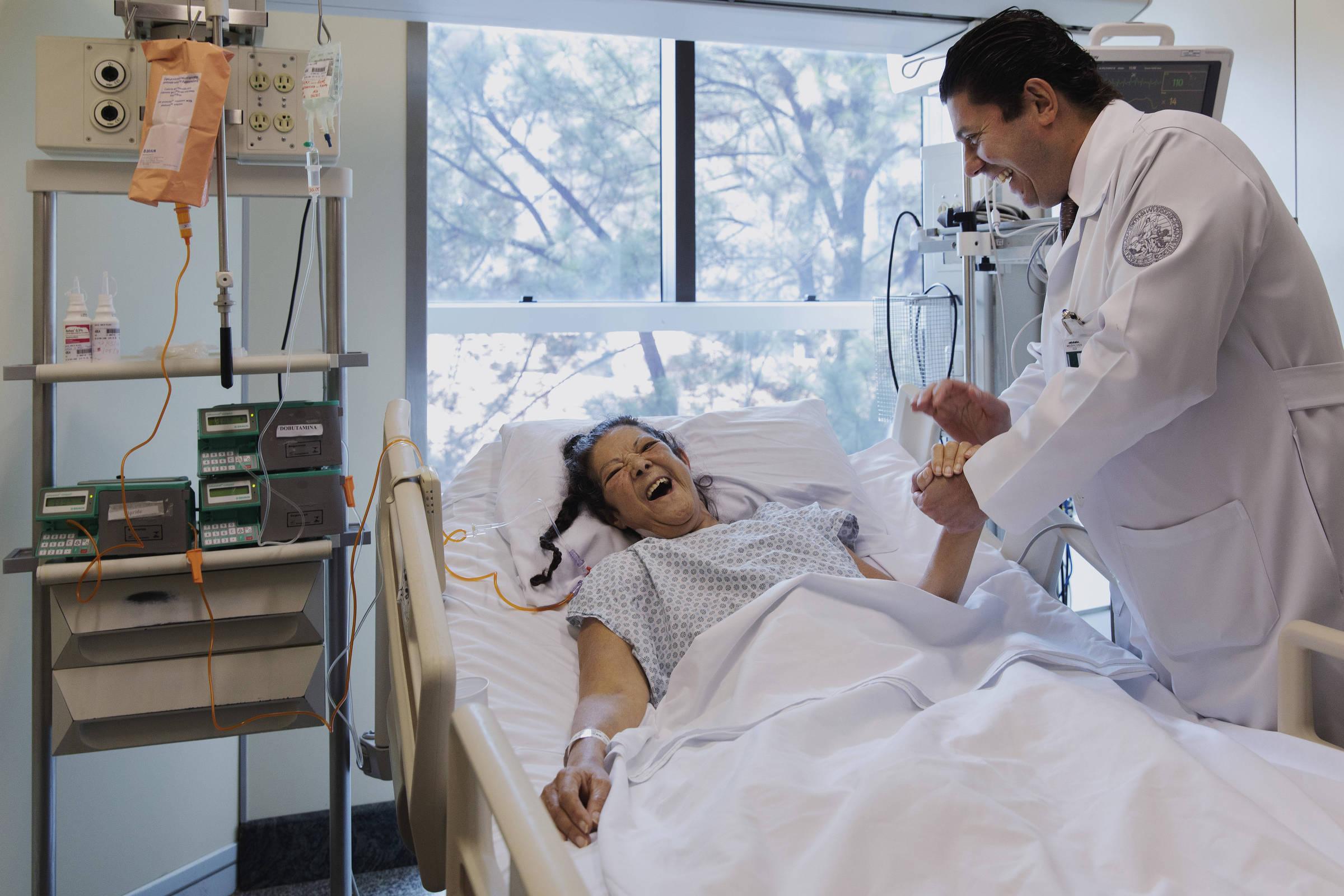 O cirurgião Fabio Gaiotto diz a Eunice Maria Alves, 57, que o coração de um doador de Joinville está apto para o transplante