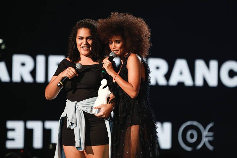 A atriz Taís Araújo se emociona ao entregar prêmio para Luyara Franco, filha da vereadora assassinada Marielle Franco