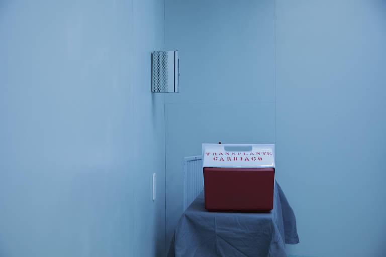 em uma sala, sobre umammesa, está um recipiente térmico usado para transportar coração doado
