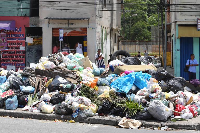 Lixo acumulado em rua da Grande São Paulo durante greve na coleta de lixo em 2017; capital paulista suspendeu recolhimento nesta sexta (25)
