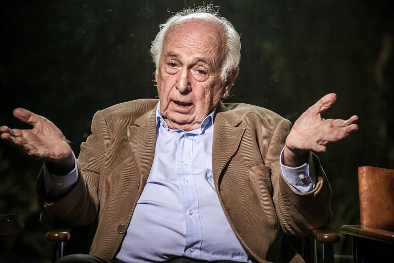 O economista Luiz Carlos Bresser-Pereira, durante entrevista em seu escritório em São Paulo