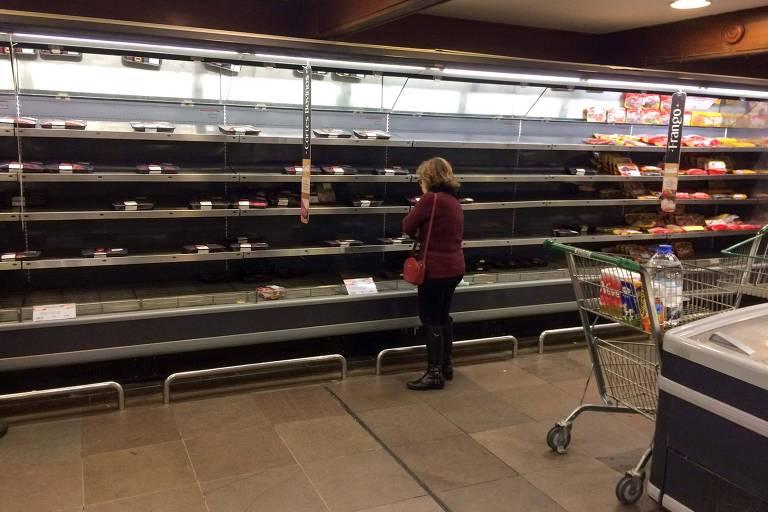 Problemas de abastecimento causados pela greve dos caminhoneiros deixaram prateleiras de supermercados vazias em Porto Alegre