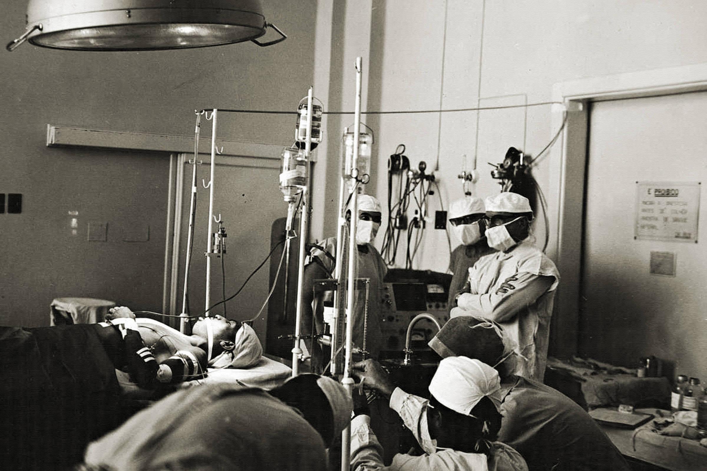 João Boiadeiro, em foto sem data, durante monitoramento médico pela equipe do Dr. Euryclides Zerbini no Hospital das Clínicas, em São Paulo