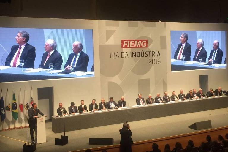 mesa com empresários e com o presidente temer sentado ao meio