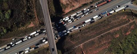 Aerial view of Brazilian truck drivers blocking the BR-262 highway, during a strike to protest against the diesel fuel price-rise in Juatuba, Minas Gerais state, Brazil, May 23, 2018. / AFP PHOTO / DOUGLAS MAGNO