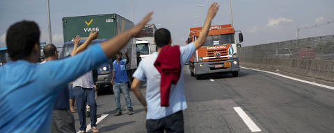 Brazilian truck drivers partially block the Washington Luiz road (BR-040), at Duque de Caxias municipality, during their nation-wide strike to protest rising fuel costs in Rio de Janeiro, Brazil, on May 24, 2018.  / AFP PHOTO / MAURO PIMENTEL