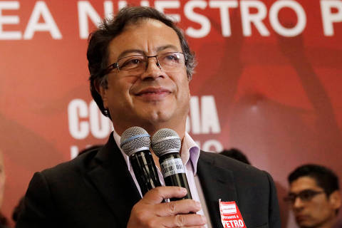 Colombian presidential candidate Gustavo Petro speaks to supporters from the Liberal Party during a meeting at a hotel in Bogota, Colombia May 22, 2018. REUTERS/Henry Romero ORG XMIT: GGGHNR10