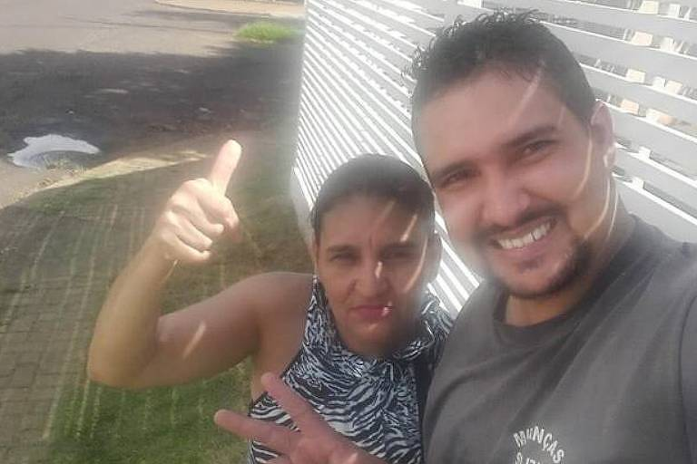 A caminhoneira Selma Regina Santos, 48, e o amigo caminhoneiro Diego