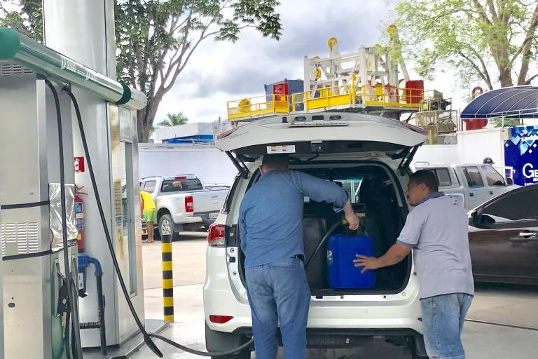 Frentista enche galões de diesel na avenida Tarumã, em Manaus