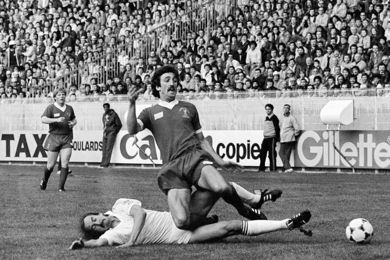 foto em preto e branco de dois jogadores disputando a bola