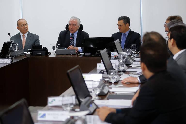 O presidente Michel Temer, ao centro, em reunião extraordinária do Conselho Nacional de Política Fazendária