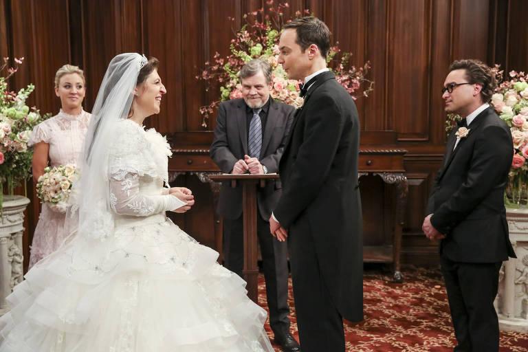 """Da direita para a esquerda, Penny (Kaley Cuoco), Mayim Bialik (Amy), Mark Hamill, Sheldon (Jim Parsons) e Leonard (Johnny Galecki) no casamento mais esperado de """"The Big Bang Theory"""""""