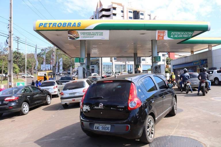 três filas de carro em frente a posto de gasolina de petrobras no paraguai