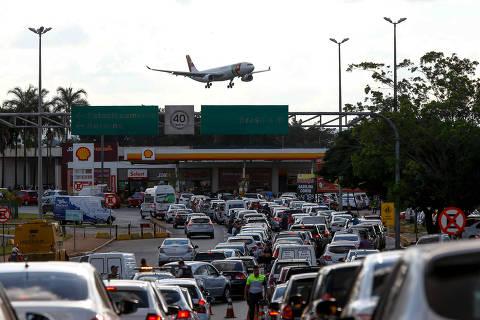 Combustível começa a chegar, mas aeroporto do DF e mais 7 ficam parados