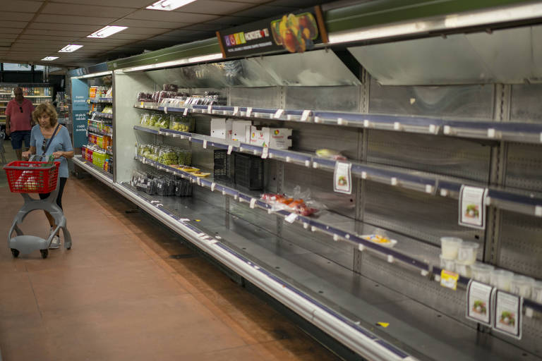 Supermercado no Leblon, no Rio, com prateleiras vazias