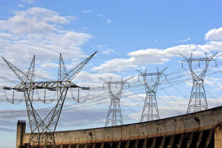 Linhas de transmissão de energia em Foz do Iguaçu, no Paraná