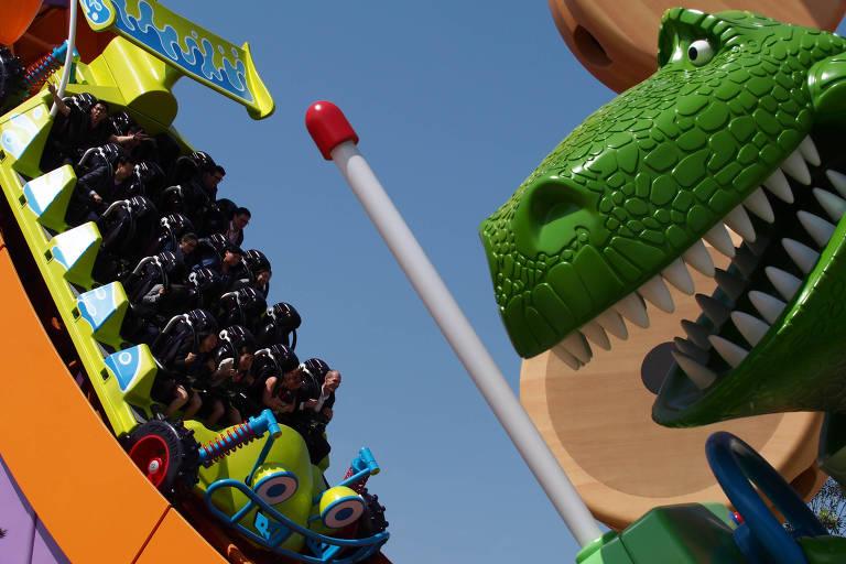 Montanha-russa Toy Story em parque da Disney