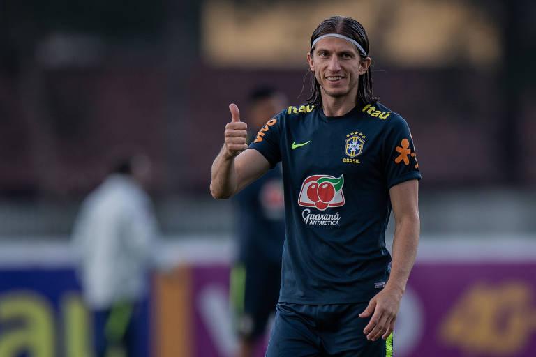 O jogador Filipe Luís faz sinal de positivo durante treino da Seleção Brasileira na Granja Comary em Teresópolis, no interior do estado do Rio de Janeiro