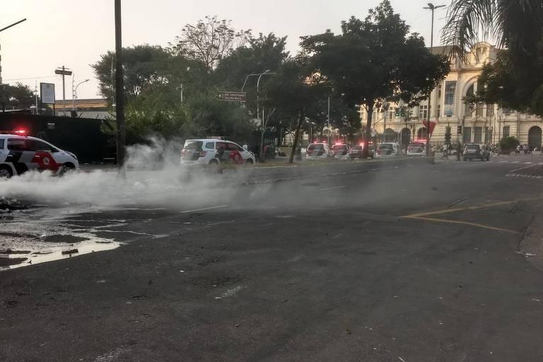 Rescaldo do fogo na avenida Duque de Caxias e barreira policial interrompem trânsito; ao fundo, a praça Júlio Prestes