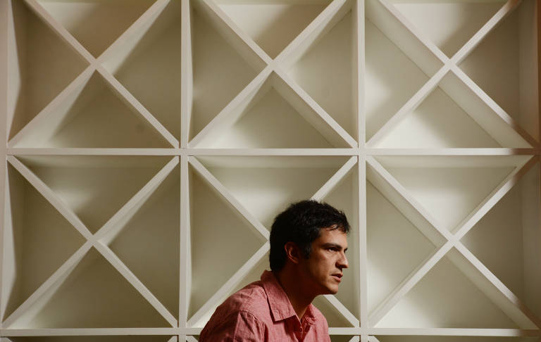 O ator Mateus Solano durante entrevista em hotel de São Paulo